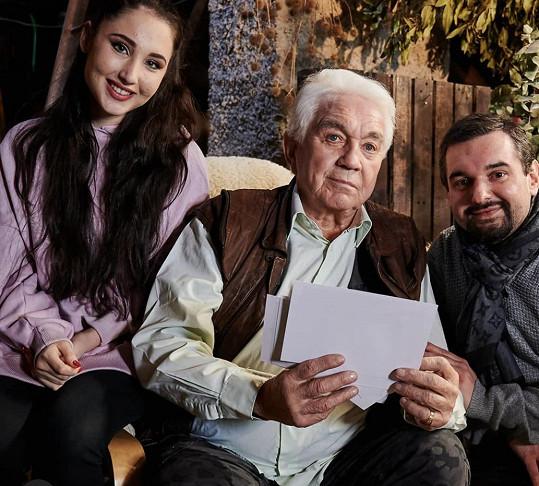 Natálka s Jiřím Krampolem a režisérem filmu Stáří není pro sraby Tomášem Magnuskem