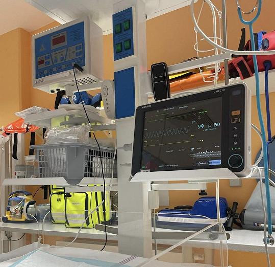Ukázala fotku z nemocnice s přístroji monitorujícími životní funkce.