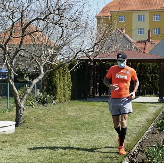 Na své zahradě uběhl ultramaraton.