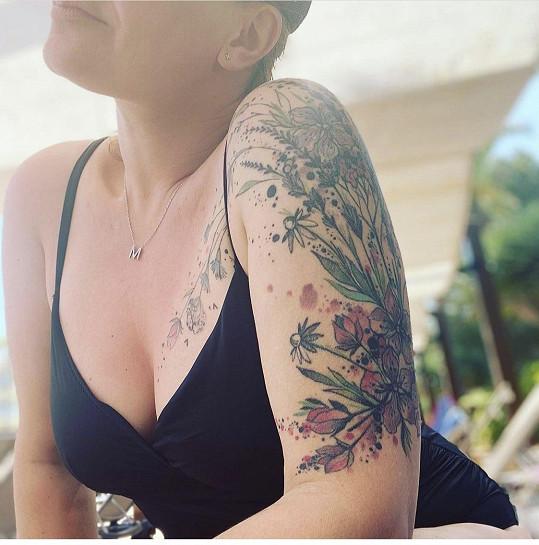 Předvedla i své tetování.