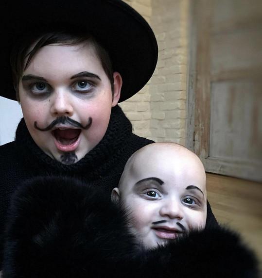Ornella se inspirovala postavami z Addamsovy rodiny.