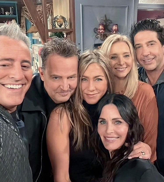 Přátelé se znovu sešli před kamerou. Zleva Matt LeBlanc, Matthew Perry, Jennifer Aniston, Courteney Cox, Lisa Kudrow a David Schwimmer