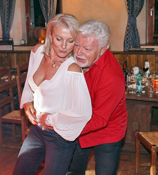 Milan Drobný se s manželkou Danou nechal unést rytmy.