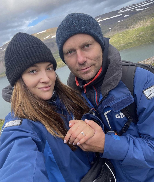 Kateřina Sokolová s přítelem Michalem se zasnoubili.
