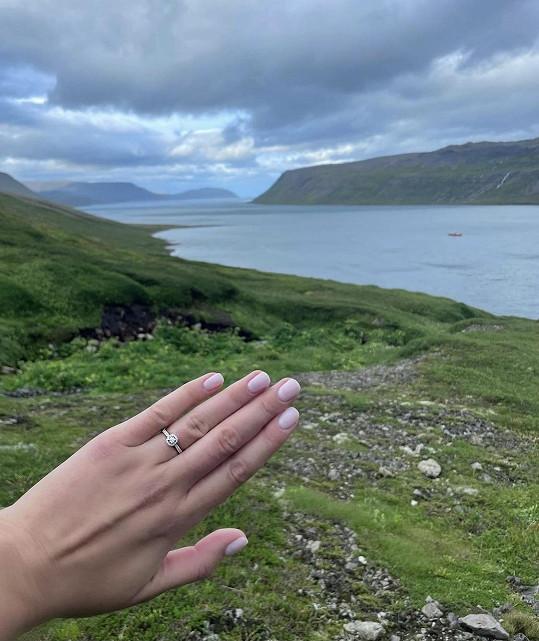 Toto je zásnubní prsten, který Valenta krásné Sokolové nasadil.