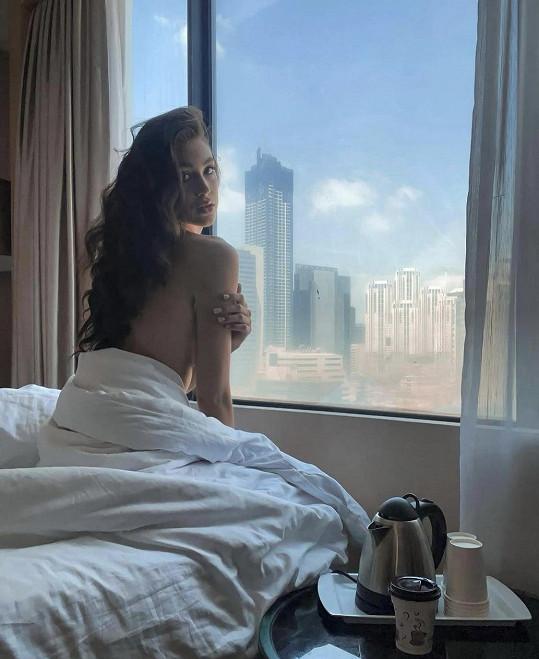 Bangkok zatím vidí jen za zavřeným oknem.