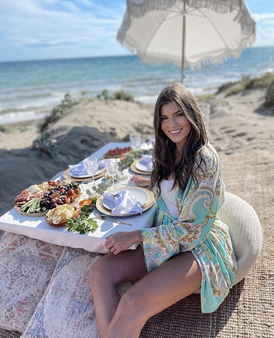 Modelka Nikol Zimlová ukázala fotku z pikniku na pláži.
