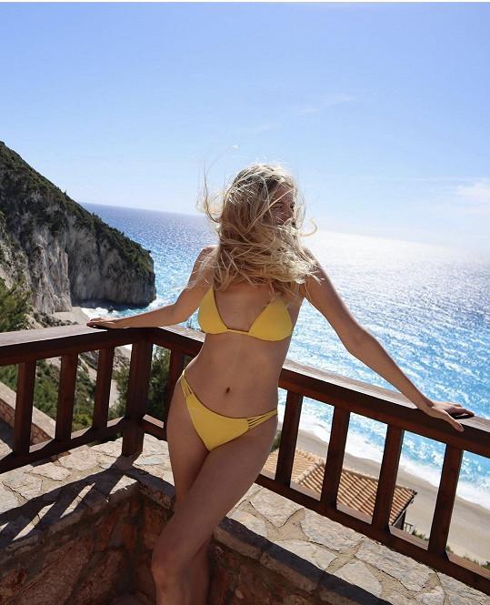 Jitka Nováčková si užívá na dovolené na ostrově Lefkada.