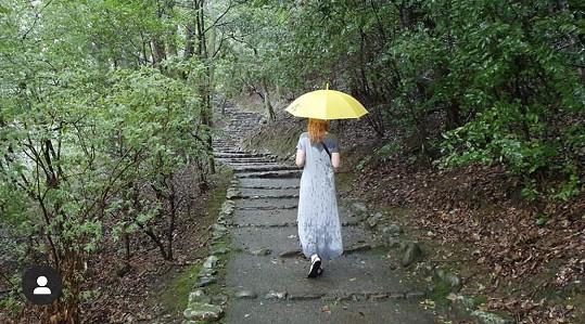 Ani déšť ji neodradí.