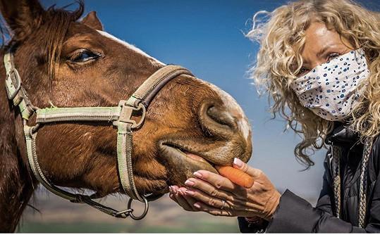 Pomáhala i na statku s koňmi.