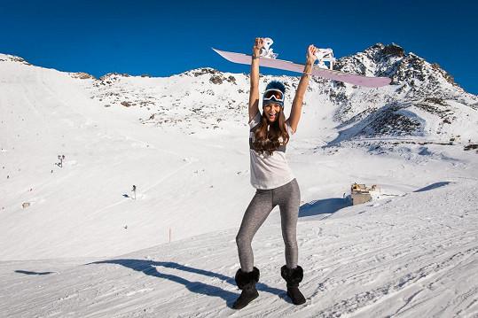 Nikol dává před lyžemi přednost snowboardu.