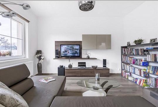 Obývací pokoj je spojený s jídelnou a kuchyní.