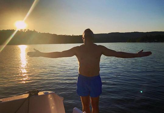 Roman postoval i snímek při západu slunce.