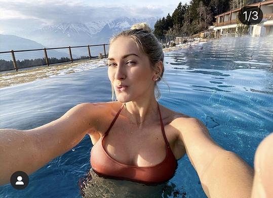 Zorka si dopřává relax po lyžovačce v hotelovém bazénu.