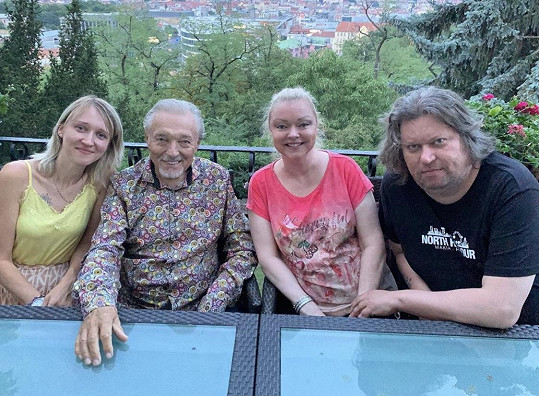 Karel Gott s dcerami Lucií (vlevo), Dominikou a jejím manželem Timem, který přesvědčuje Dominiku, aby se soudila o dědictví.