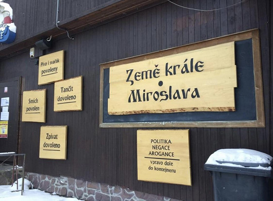 Restaurace je otevřená. Majitel porušuje vládní nařízení.