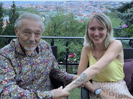 Lucie tátovi ukázala tetování na předloktí.