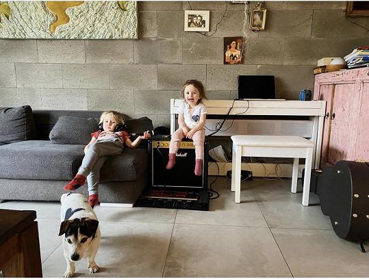 Zatím bydlí s manželkou, třemi dětmi a dvěma psy ve dvou místnostech.