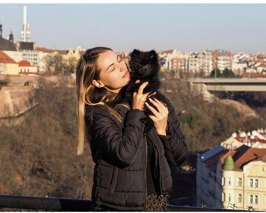 Natálka se svým psím miláčkem.