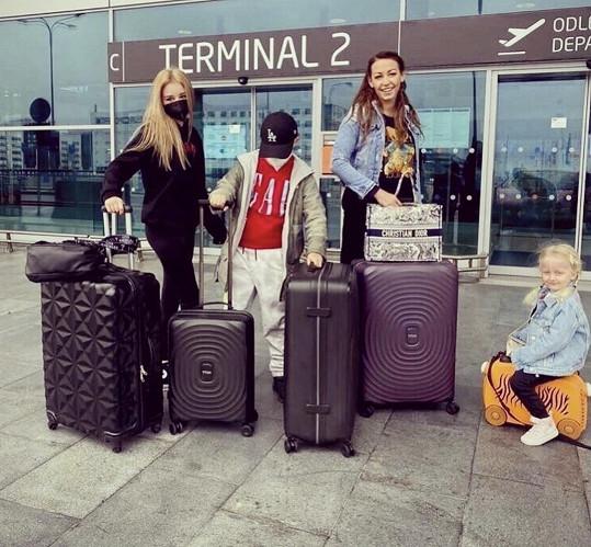 Agáta s dětmi a sestrou Kordulkou odletěla na dovolenou.