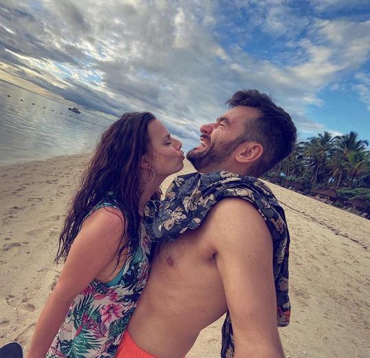 Marek odpočívá s přítelkyní Marcelou na ostrově Mauricius.