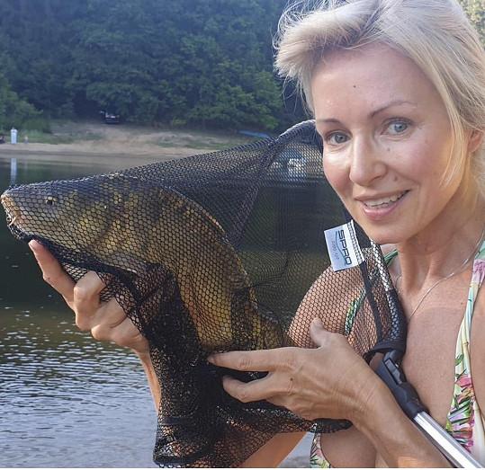 Kateřina Brožová úplně nenalíčená na rybách