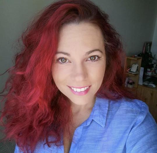 Michaela Nosková má vlasy ohnivé.