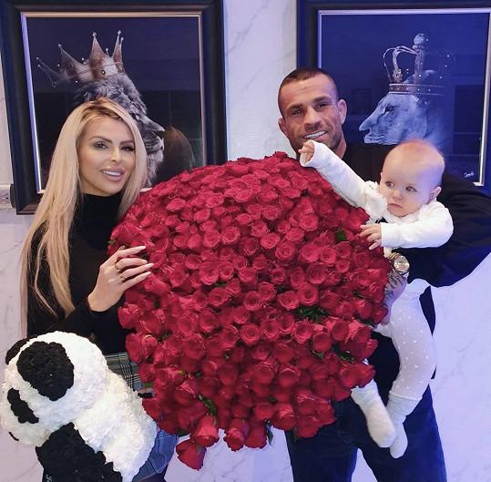 Karlos Vémola překvapil Lelu kyticí tříset růží.