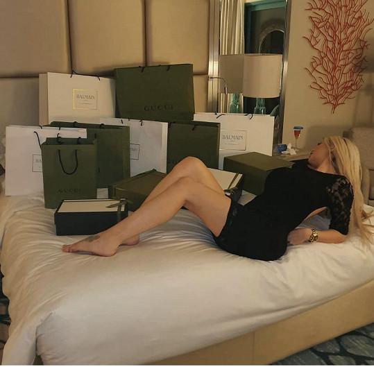 Lela zapózovala s taškami plnými luxusních dárků od Karlose.