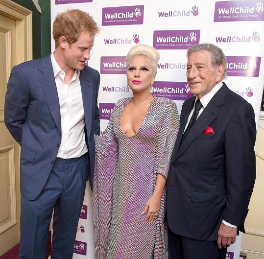 Princ Harry se zpěvačce nevydržel dívat pouze do očí.
