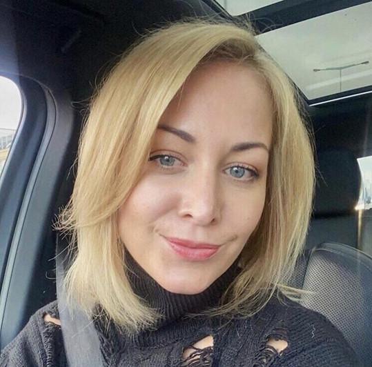 Nyní je z ní opravdu blondýnka.