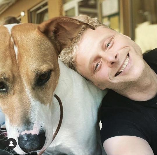Když si Jarek Šimek bral psa z útulku, neměl tušení, co ho čeká.