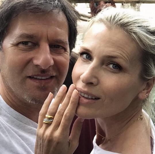 Pavol Habera sdílel snímek s krásnou Danielou, kde prsteníček levé ruky topmodelky zdobí luxusní prsteny. Že by se pár tajně vzal?