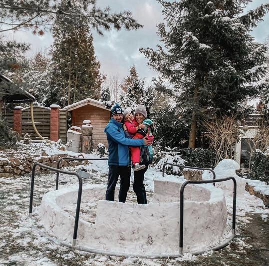 Moderátorčin manžel David Křížek staví iglú, do kterého by se měla vejít celá rodina.