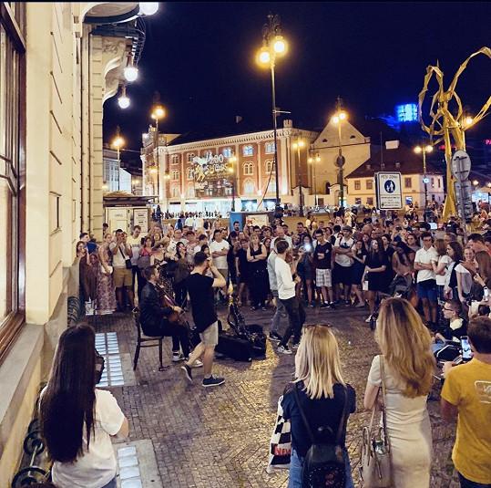 Začínali na ulici, brzy si ale našli své publikum. Například na pražském náměstí Republiky.