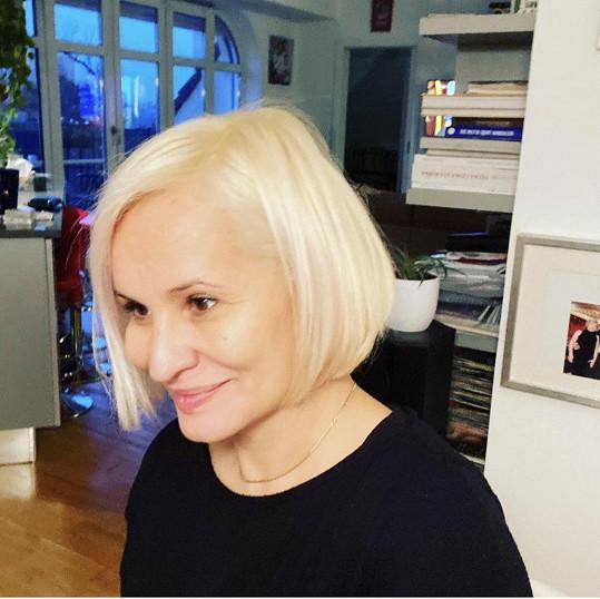 Nyní ji zdobí platinová blond.