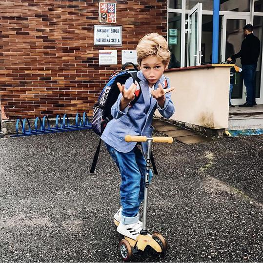 Včera šel poprvé do školy.