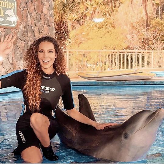 Koupala se a plavala s delfíny.