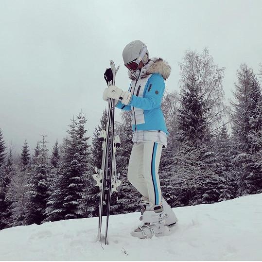 Jana je zdatná lyžařka.