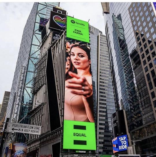 Z billboardu na Times Square shlížela také Ewa Farna, která zaujala svou písní Tělo.
