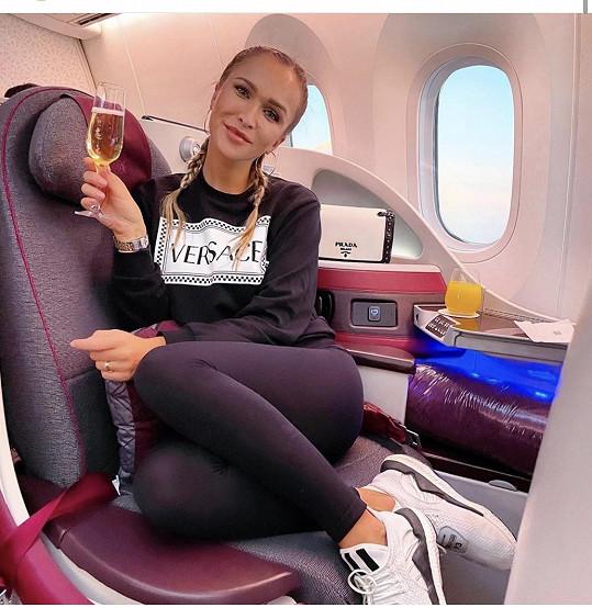 Nela letěla v luxusní třídě katarských aerolinek.
