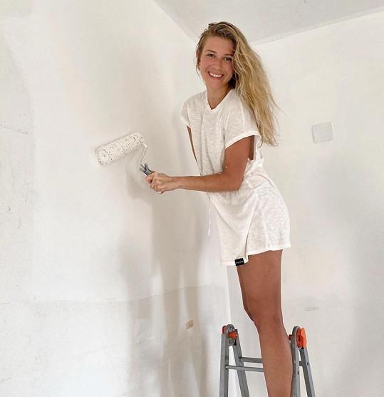 V Itálii rekonstruuje apartmán a maluje i stěny.