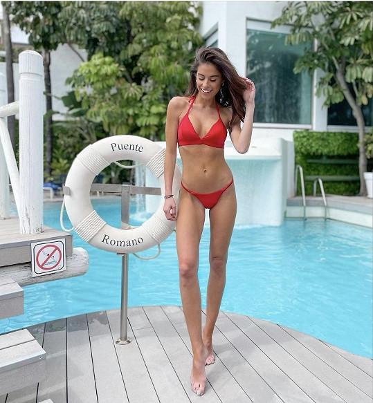 Plavková fotka Terezy Budkové u hotelového bazénu.