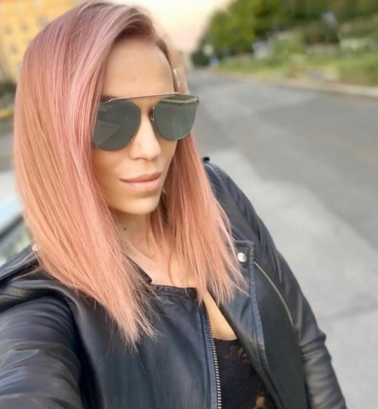 Vlasy si nechala nabarvit na růžovo.