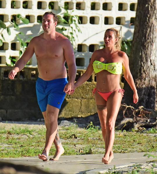 Katie Price na dovolené urovnává své manželství se striptérem.