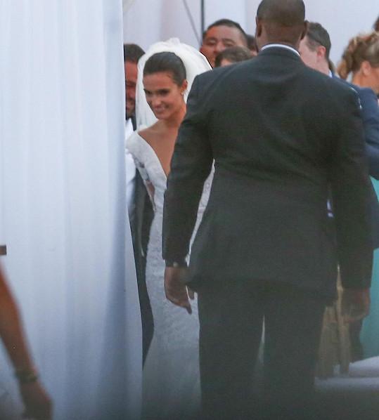 Nevěsta Isabela Rengel. Její šaty sice nejsou vidět celé, i tento snímek však napoví, jaké si vybrala.