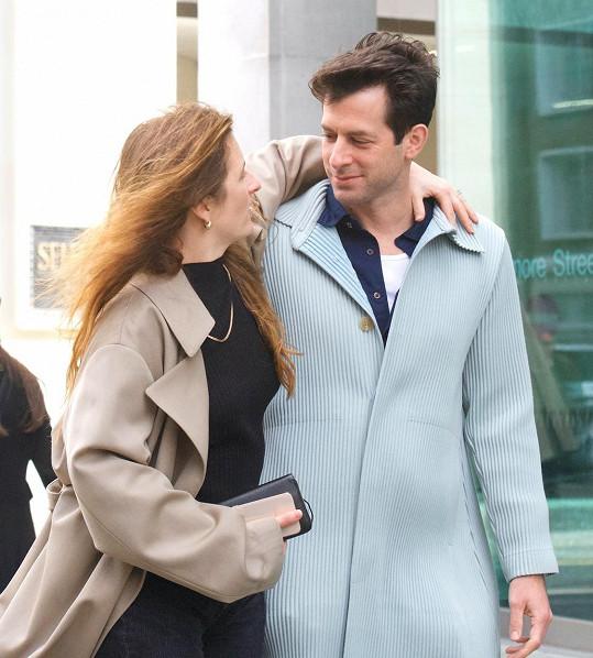 Grace se nedávno zasnoubila s hudebníkem Markem Ronsonem. Oba už za sebou mají po jednom manželství.