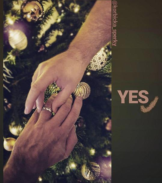 Peter Liborovi nasadil zásnubní prsten.