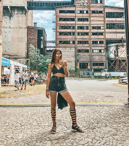 Tento outfit zvolila Monika Leová na hudební festival.