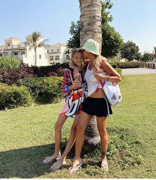Na dovolené byla se svou dcerou.